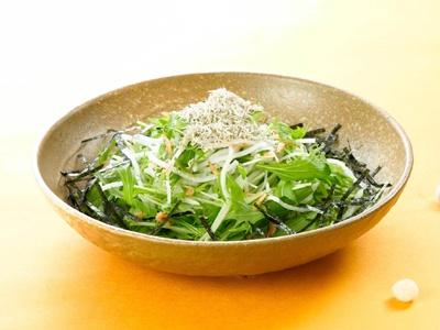 食物繊維は、腸内環境を整え、免疫機能の正常化に役立つのだとか。「水菜と大根のじゃこサラダ」(760円)/シダックス