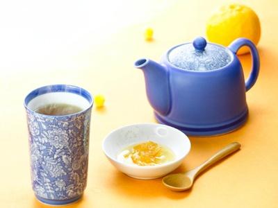甜茶に含まれるポリフェノールは、アレルギー症状を抑制する効果が期待できる。「柚子はちみつ甜茶」(450円)/シダックス