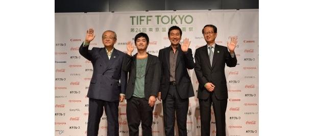 舞台挨拶に登壇した、左より、依田巽氏、沖田修一監督、役所広司、高井英幸氏