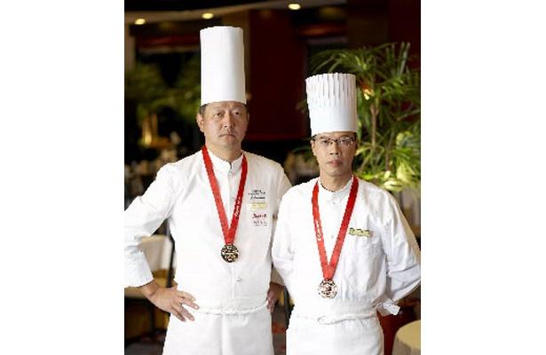 料理長の木下貞三氏(左)が銀賞を、鍋場師の林光明氏(右)が銅賞を受賞