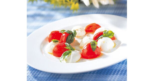 見た目も鮮やかな前菜のトマト&モッツァレラチーズのサラダ