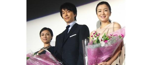 映画「セカンドバージン」の初日舞台あいさつが行われ、深田恭子、長谷川博己、鈴木京香が登場(写真左から)