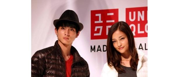 商品説明会に登場した高良健吾と黒木メイサ(写真右から)