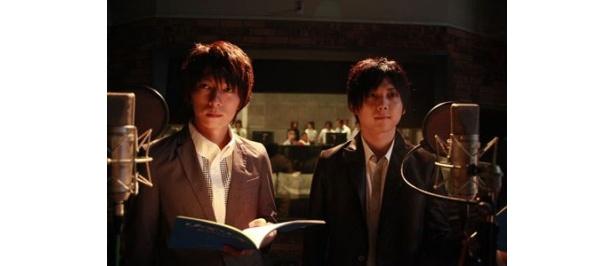 主演の羽多野渉(左)と梶裕貴。録音マイクの前に立つのはお手のもの!?