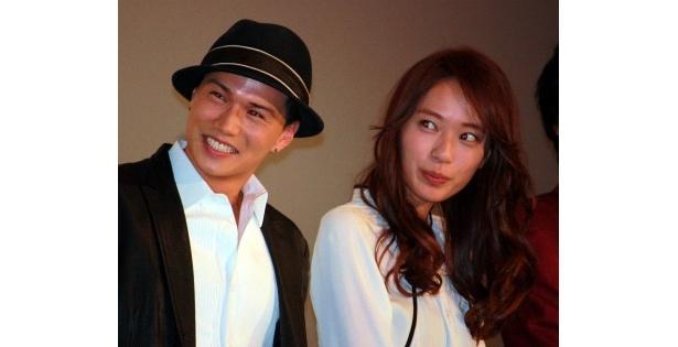 『DOG×POLICE 純白の絆』の初日舞台挨拶に登壇した市原隼人と戸田恵梨香