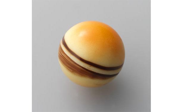 土星(アプリコット):杏を丁寧に練りこんだガナッシュが、やさしく酸味がきいた味わいに