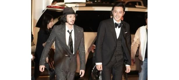 第16回釜山国際映画祭のレッドカーペットに登場したオダギリジョーとチャン・ドンゴン