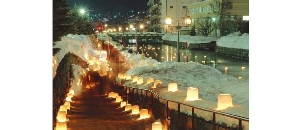 雪とろうそくで照らされる街。市民とボランティアの手作業によるキャンドルの明かりで、温かな気持ちになれる