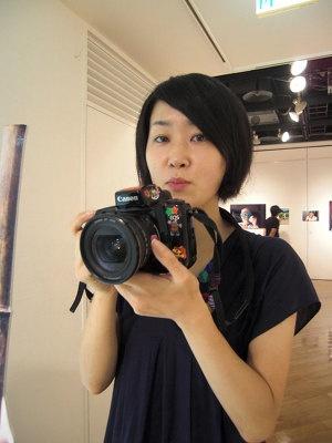 「カメラがあるから、カッコイイ人にも近づけるます」。恥ずかしがりやの人間好き。