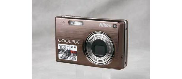 コンパクトで手ブレ調整など数々の機能を搭載しているデジタルカメラも(ビックカメラ立川店)