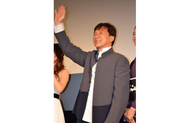 満面の笑みでファンに手を振るジャッキー・チェン