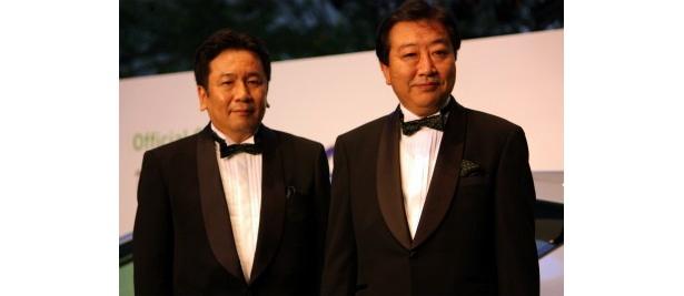 グリーンカーペットを歩いた野田総理と枝野経済産業大臣(左)