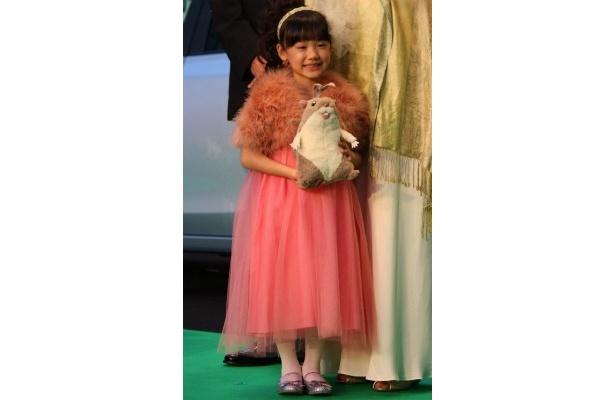 芦田愛菜はピンクのドレスで愛くるしい笑顔を見せた
