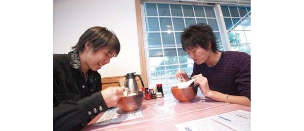 麺家樹幸にて「あっさりしているのにコクがある味にビックリ!」佐倉在住のラーメン部員・小味くん(写真左)