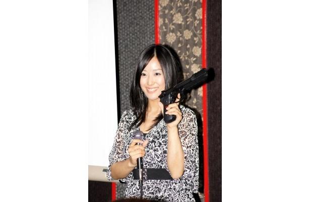 「バイオハザード」ファンの三橋玲子はサムライエッジの復刻版を披露!