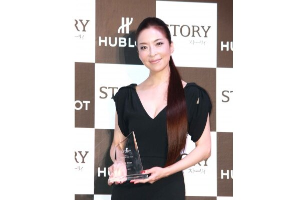 「STORY 2011 Woman of the year」を受賞した真矢みき