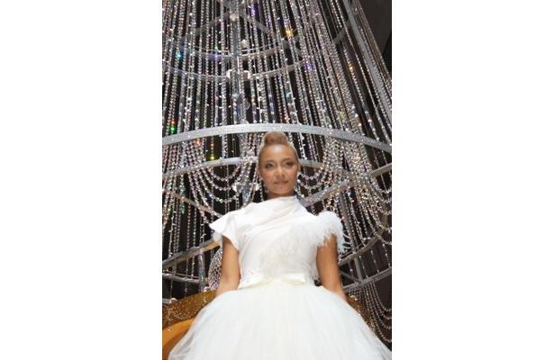 クリスタル ケイが妖精ドレスで登場! クリスマスイベントで移籍後第1弾の新曲を披露