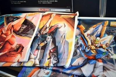 ガンダムのイラストがデザインされたTシャツやバスタオルも販売