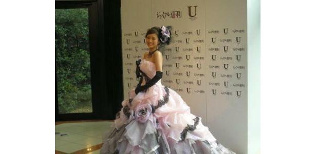 色気たっぷりのドレス姿に報道陣からも「キレイ」の声が