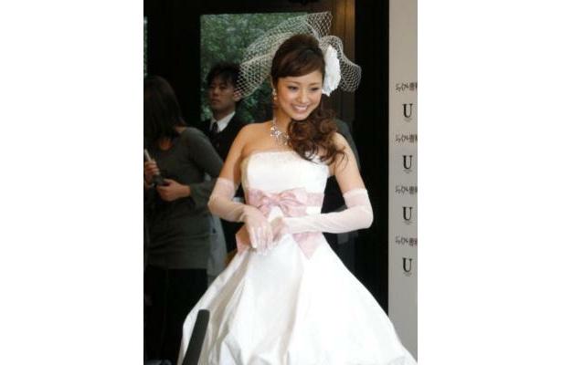 白のドレスは何通りにも着られるデザイン