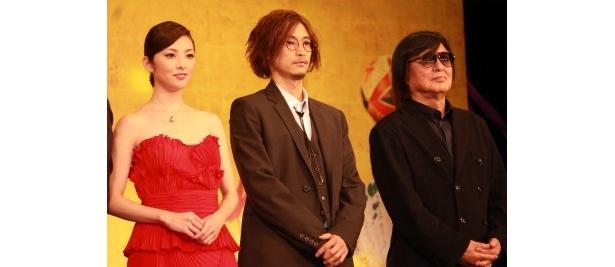 【写真をもっと見る】セクシーな真紅のドレスの田中麗奈と、「ハリーポッターです」とおどけた窪塚洋介