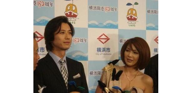 オリジナルショーのナビゲーターを務める谷原章介と飯島直子