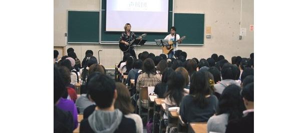 声優の井上和彦率いる声援団が、早稲田大学の学園祭「早稲田祭2011」に登場!