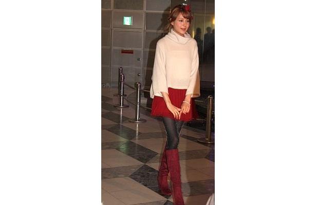 スカートとブーツの赤色でクリスマスを表現したのだとか