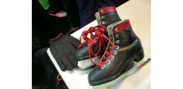 靴と手袋も、黒と赤でスタイリッシュ。無料で貸し出してくれる