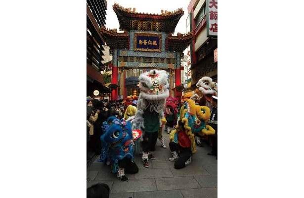 爆竹やドラ、太鼓が鳴り響くなか、中国の歴史絵巻を再現した一行が登場!