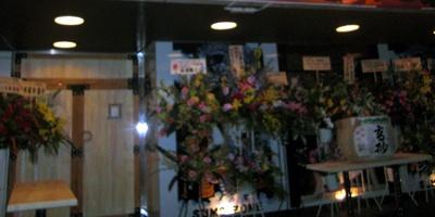 入口には、オープンを祝う花がいっぱい!