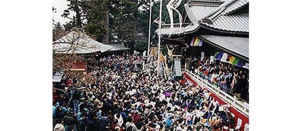 毎年1万人が参加する高尾山薬王院の節分会は、景色のよさも魅力