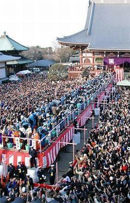 池上本門寺は約2万人の参拝者で混みあう