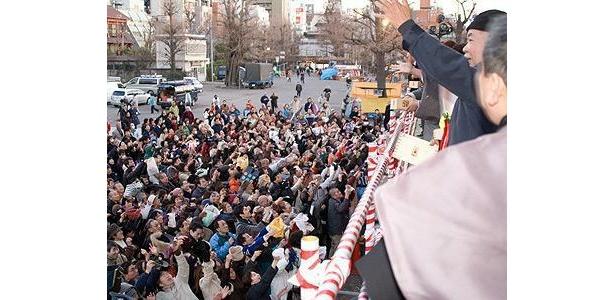 浅草寺では、浅草ゆかりの著名人が豆まきに参加