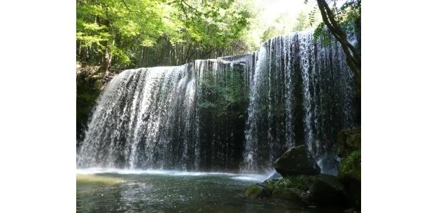 豪快に流れ落ちる滝は涼しげ〜