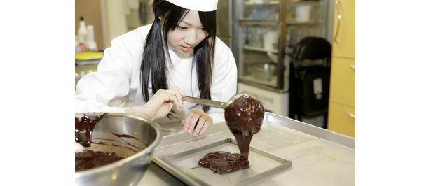 真剣な表情でチョコレートを作る! 今回の素カット認定