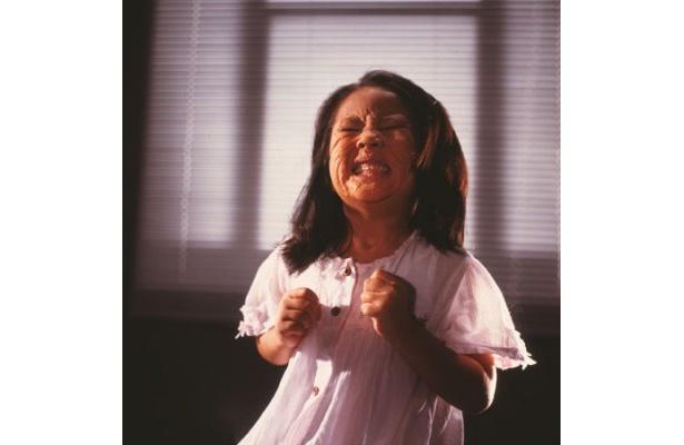 奇病に苦しむ少女の怖すぎる表情。当時、5才の子役の圧倒的な演技に驚かされる