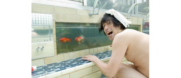 ヒゲそり中に金魚が接近!