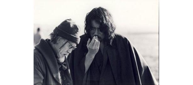 『ツィゴイネルワイゼン』撮影中の故・原田芳雄と鈴木清順監督。「唇が印象的な役者だった」と清順監督は述懐する