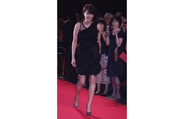 吉瀬美智子さんは黒のドレスで登場