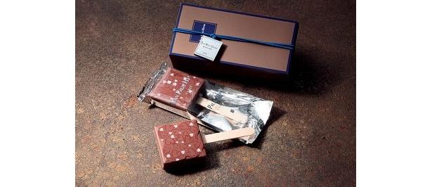 ジャン=ポール・エヴァン氏の新作。アーモンドとヘーゼルナッツのプラリネをミルクチョコレートで包んだ、アイスキャンディーイメージのブーシェ シュ セット(2本3360円)