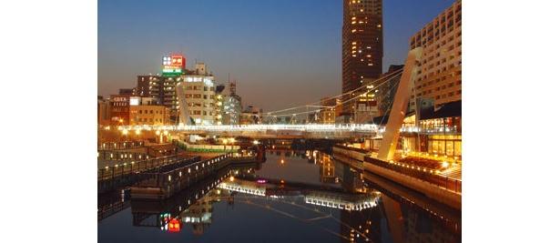 浮庭橋とキャナルテラスの輝きが水面に映る、新たなビュースポットの誕生だ!