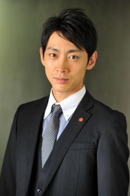 スーツ姿の小泉孝太郎。