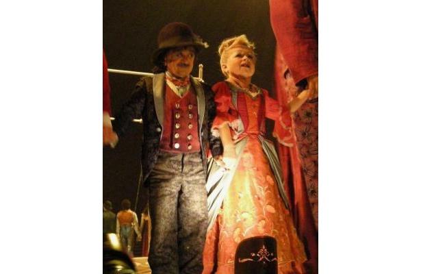 リトル・クラウン(左)とクラウネスはステージの人気者