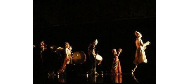 コルテオ=行列を意味するような音楽隊