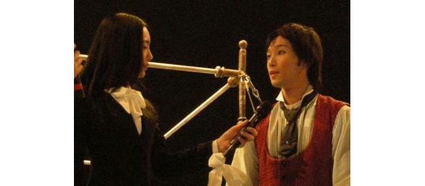 仲間さんは日本人パフォーマー奥澤さんに興味シンシン!