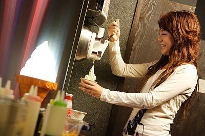 ソフトクリーム食べ放題付きのドリンクバーで実際にソフトクリームを作るのも楽しい