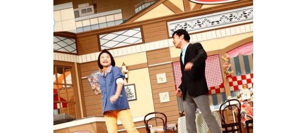 歌とダンスで見事なコンビネーションを見せる島田珠代さんと藤井隆さん