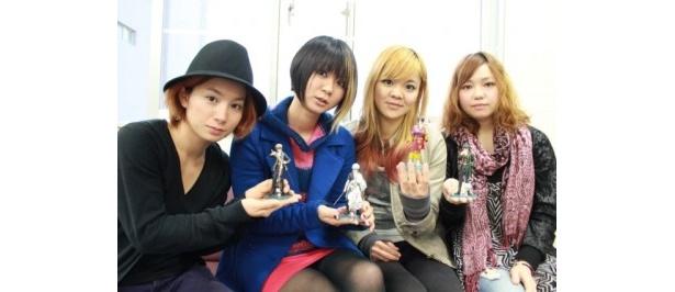 FLiPのメンバー(左からユウミ、サチコ、ユウコ、サヤカ)。銀魂フィギュアと一緒にポーズ