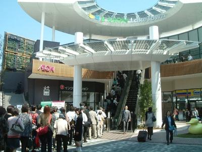 オープン時の大行列。日本最大級のショッピングセンターだけに迷子の数も最大級!?